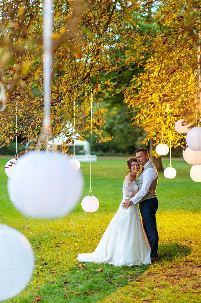 Das Brautpaar zum Sonnenuntergang im Park von Schloss Kartzow
