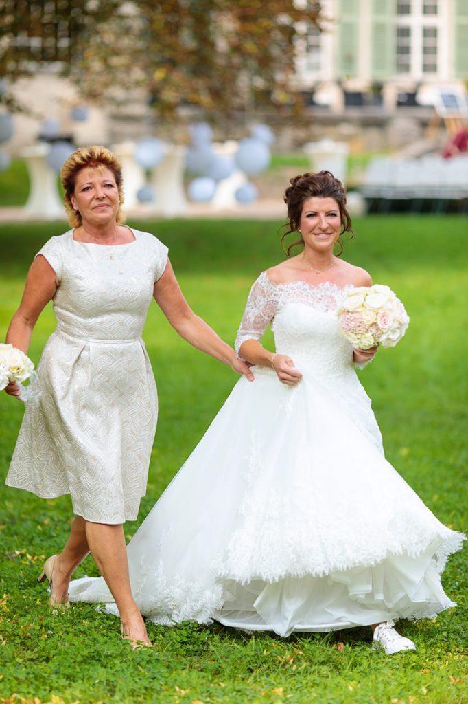 Braut und Brautmutter treffen am Ort der Trauung vor dem Schloss Kartzow ein