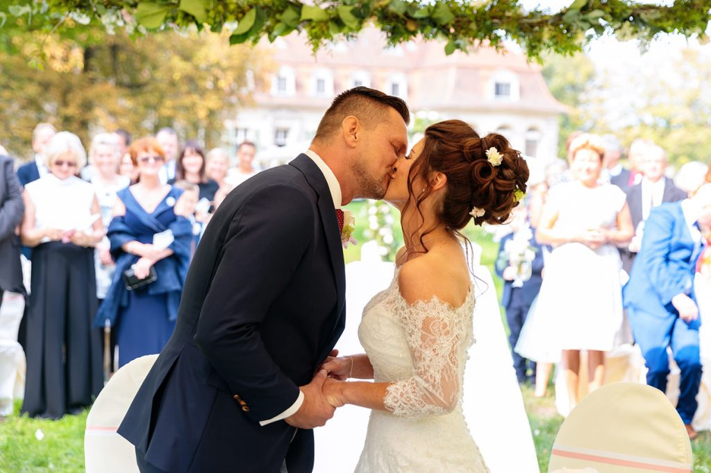 Der Kuss um das Ehebündnis zu besiegeln im Park von Schloss Kartzow Potsdam