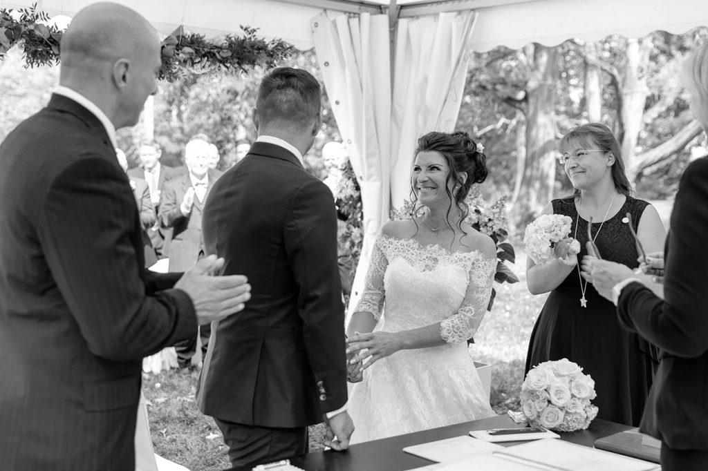 Das Brautpaar und die Trauzeugen während der Trauung im Park von Schloss Kartzow