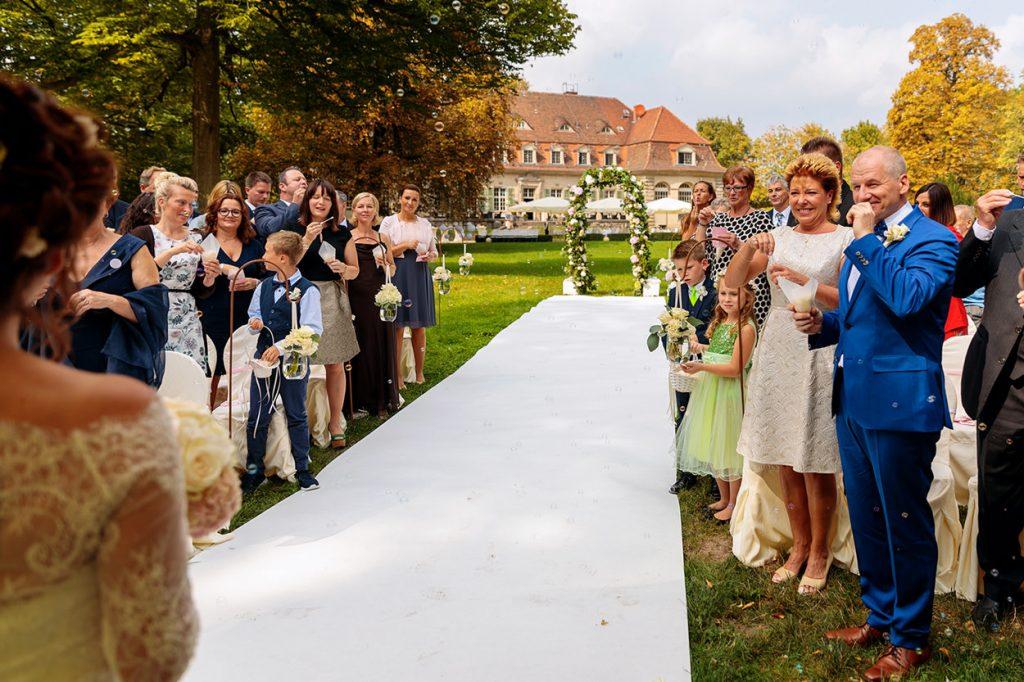 Die Hochzeitsgäste beglückwünschen das Brautpaar nach der freien Trauung im Park von Schloss Kartzow Potsdam
