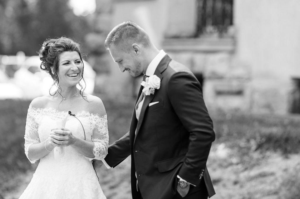 Das Brautpaar hält eine Rede auf der Terrasse von Schloss Kartzow Potsdam