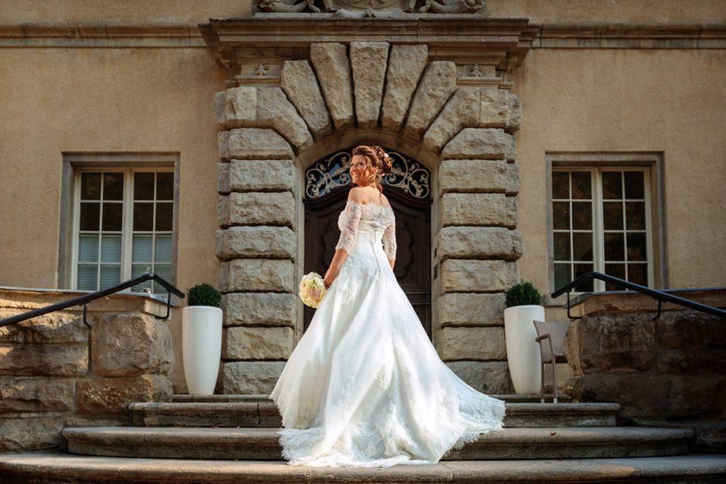 Die Braut auf den Treppenstufen vom Schloss Kartzow Potsdam