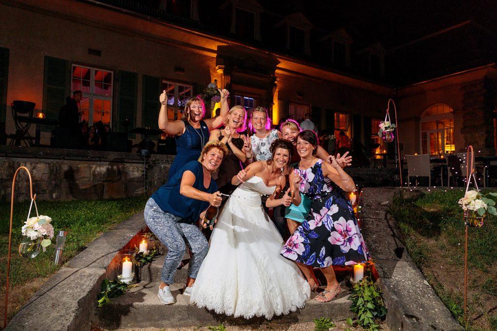 Ausgelassene Hochzeitsfeier im Schloss Kartzow Potsdam