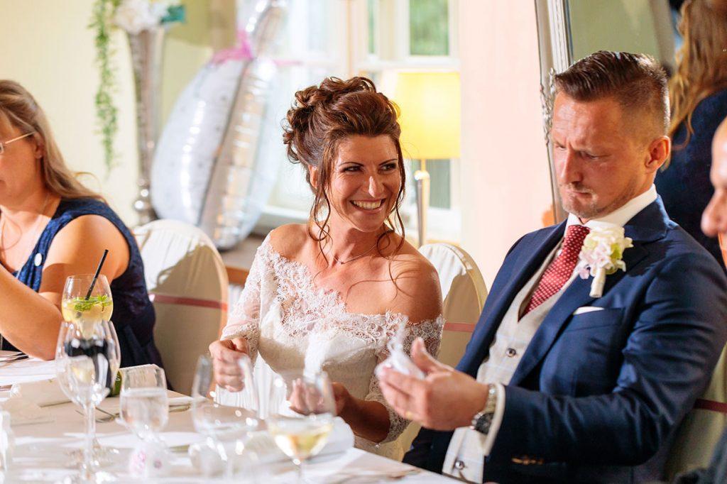 Braut und Bräutigam mit sichtlich guter Stimmung im Saal vom Schloss Kartzow Potsdam