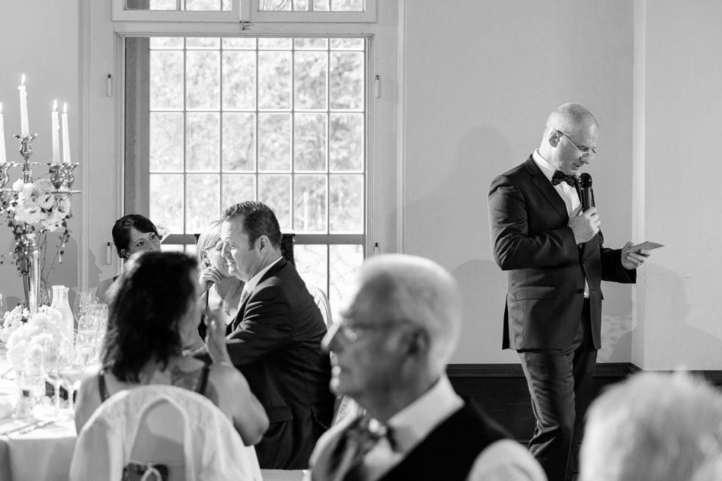 Der Brautvater hält eine emotionale Rede im Saal von Schloss Kartzow Potsdam