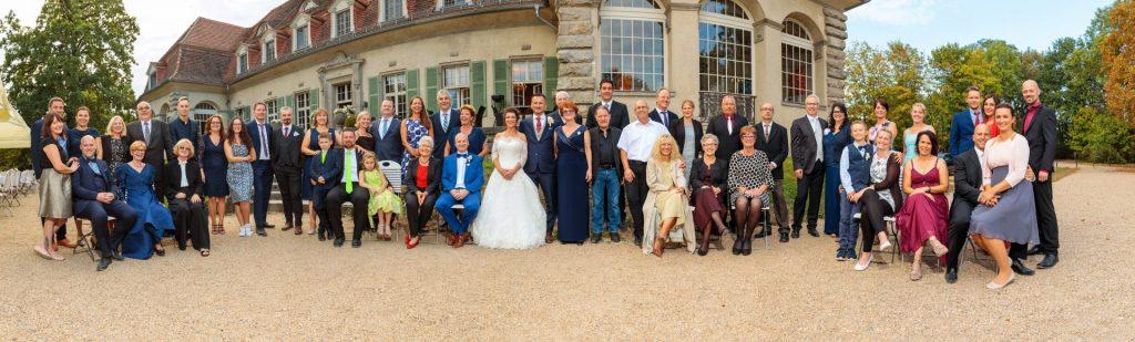 Bevor es dann in den Saal ging, fotografierten wir das Panoramagruppenfoto mit dem Schloss im Hintergrund.
