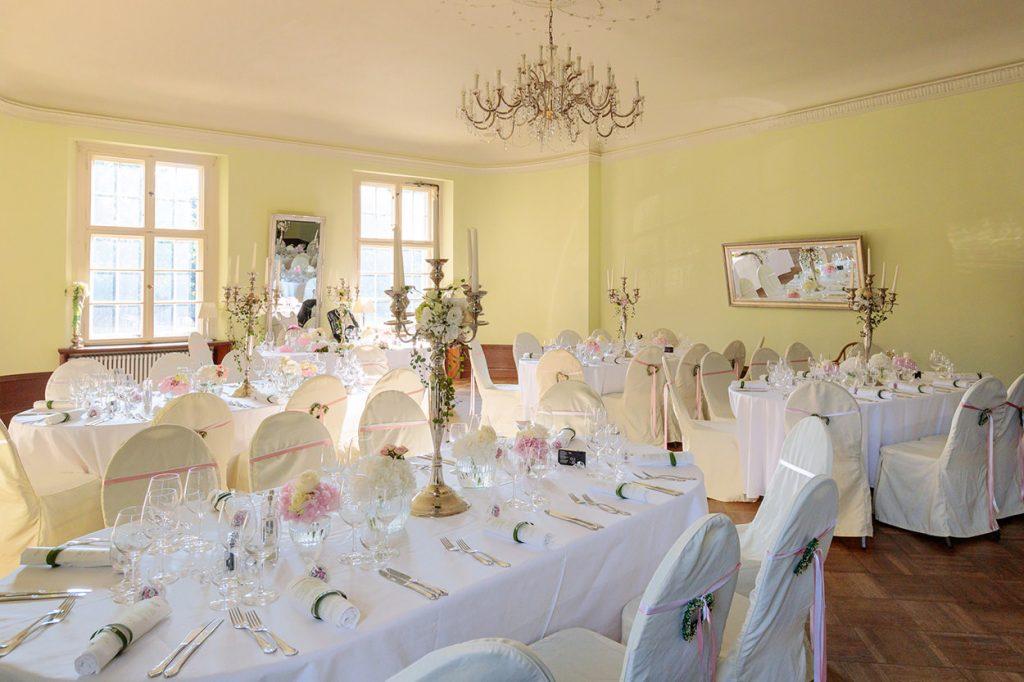Nach unserem Hochzeitsgruppenfoto ging es für alle Beteiligten in den festlich geschmückten Saal des Schlosses.