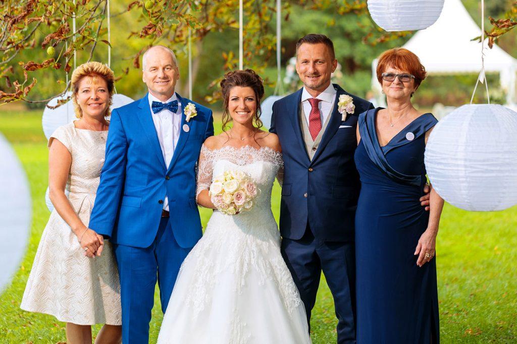 Familienbilder mit dem Brautpaar am Nachmittag bei der Hochzeitsfeier auf Schloss Kartzow Potsdam
