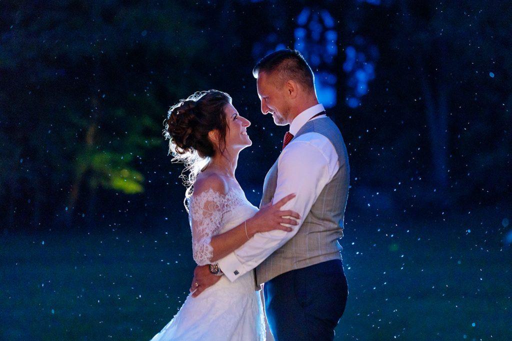 Das Hochzeitspaar tauscht innige Blicke während wir Fotos zur Blauen Stunde schießen im Park von Schloss Kartzow Potsdam