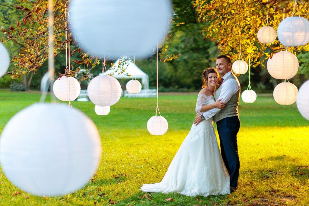 Hochzeitsfotograf Potsdam mit Brautpaar im Sonnenuntergang im Schlosspark