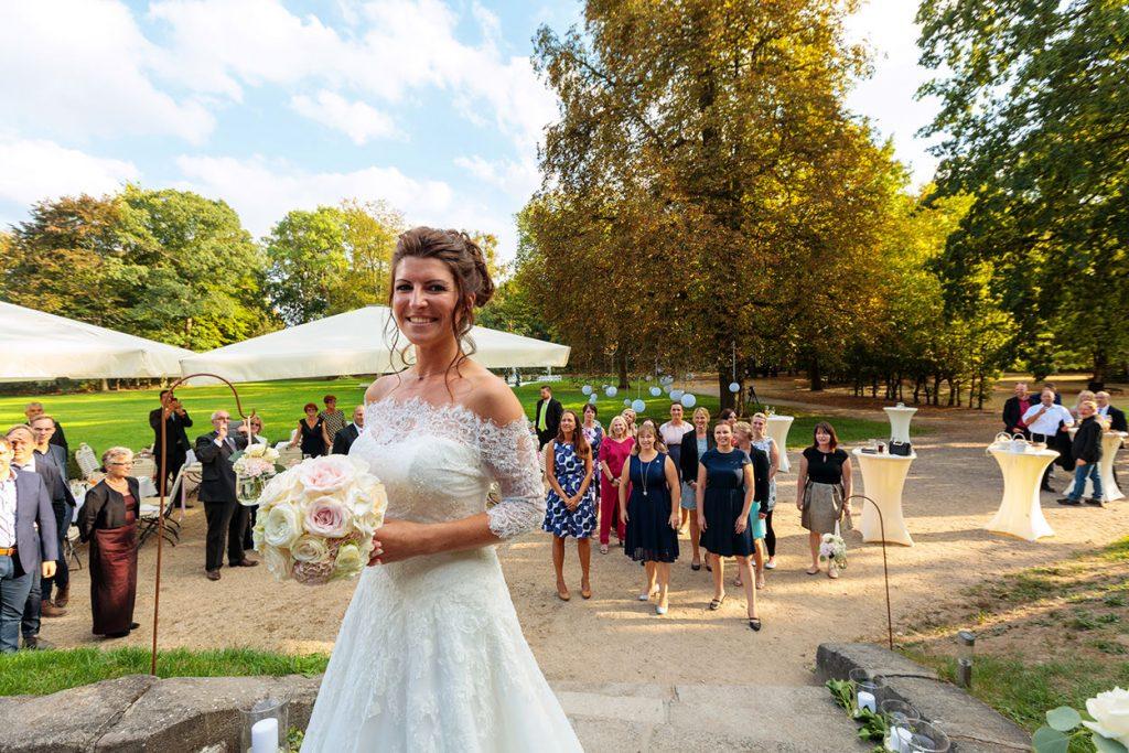 Brautstraußwurf im Park von Schloss Kartzow Potsdam