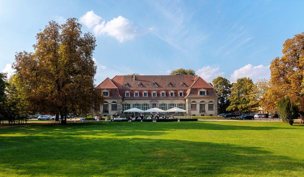 Das schöne Schloss Kartzow, gelegen im Potsdamer Ortsteil Kartzow, bietet ein wunderbares Ambiente für eine Hochzeitsfeier.