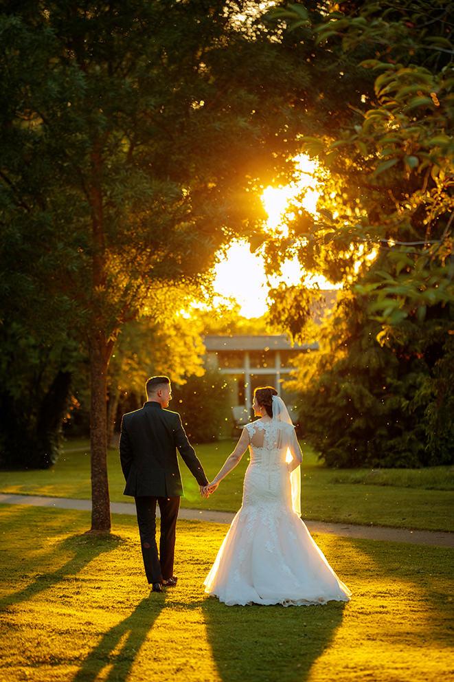 verliebtes Paar spaziert in den Sonnenuntergang in Kemnitz