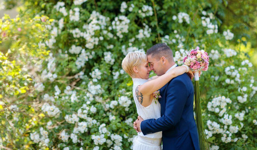 Hochzeitspaar vor Blumen Hintergrund in Caputh am Schloss
