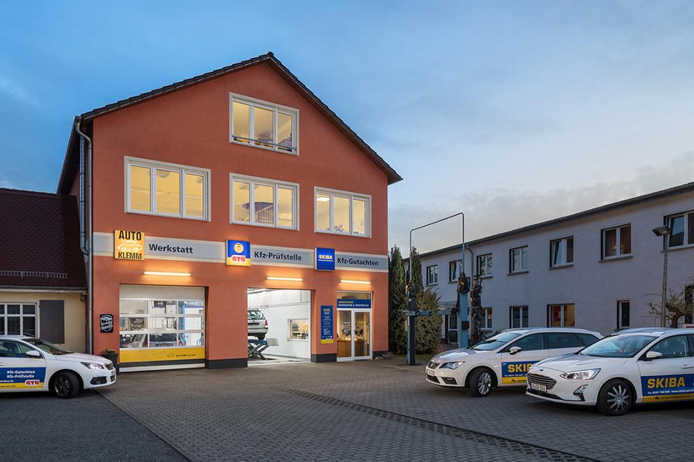 Außenaufnahme einer KFZ-Werkstatt zur Blauen Stunde in Potsdam