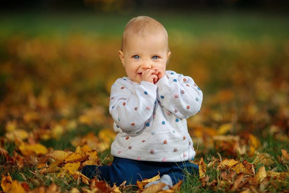 Kleinkind beim Fotoshooting im Herbst