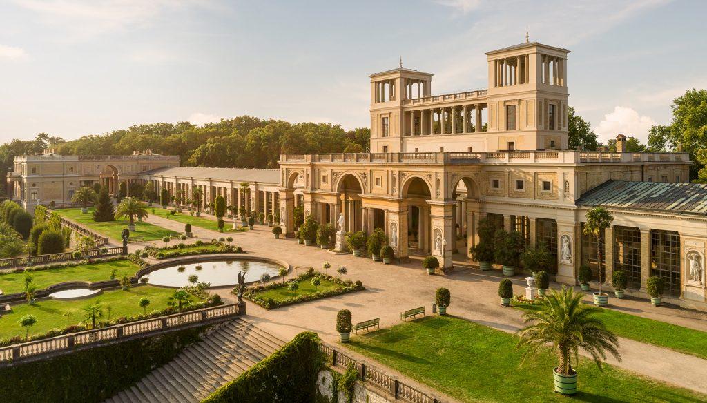 Luftaufnahme der Orangerie im Park Sanssouci Potsdam mit Drohne. Foto von Reinhardt & Sommer, Lizenziert durch Landeshauptstadt Potsdam und Stiftung Preussische Schlösser und Gärten Berlin Brandenburg