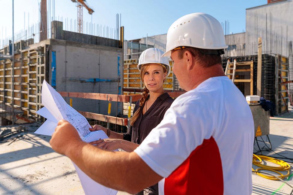 Businessfoto von Prüfingeneuren bei der Arbeit auf einer Baustelle in Potsdam