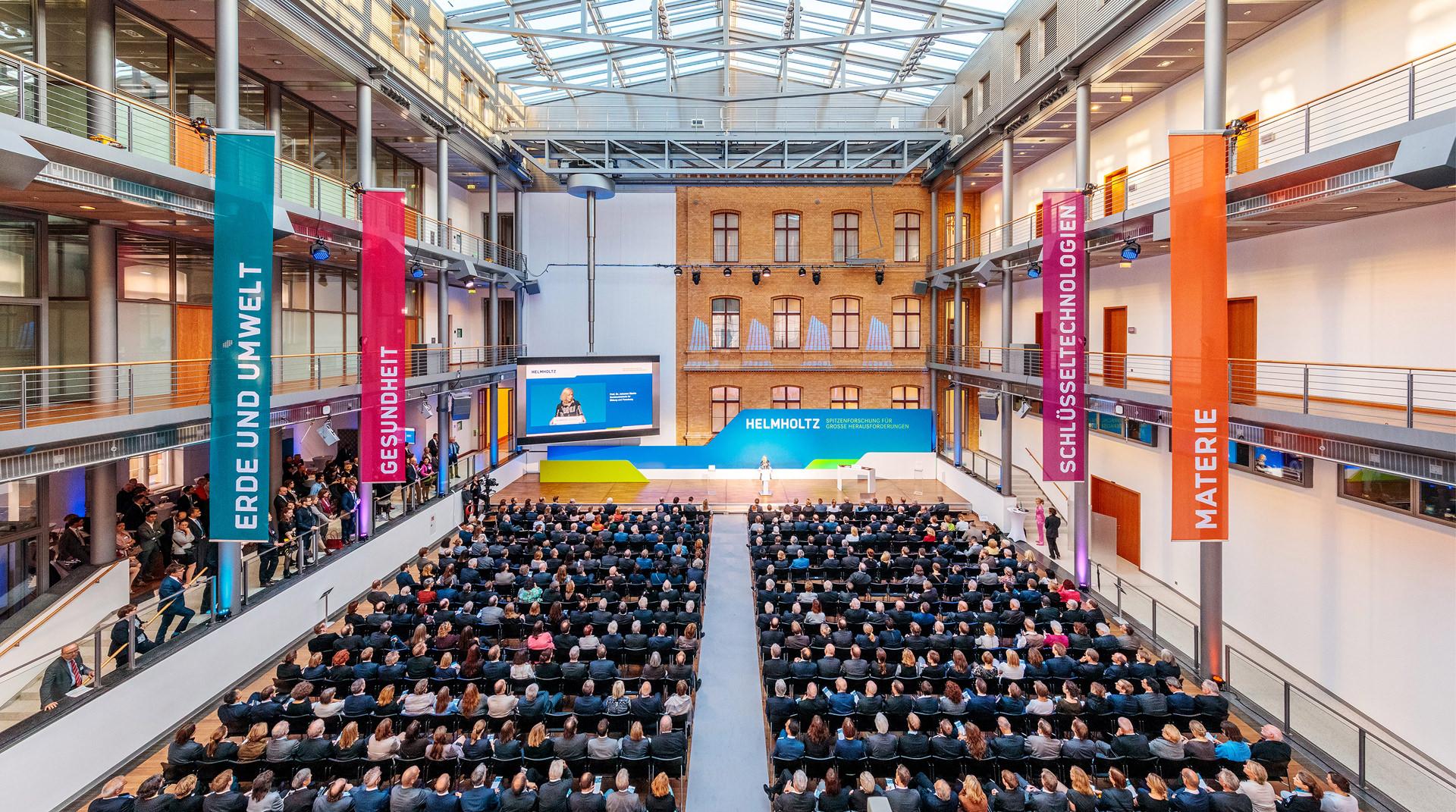 Viele Gäste im Saal bei einem Kongress in Berlin