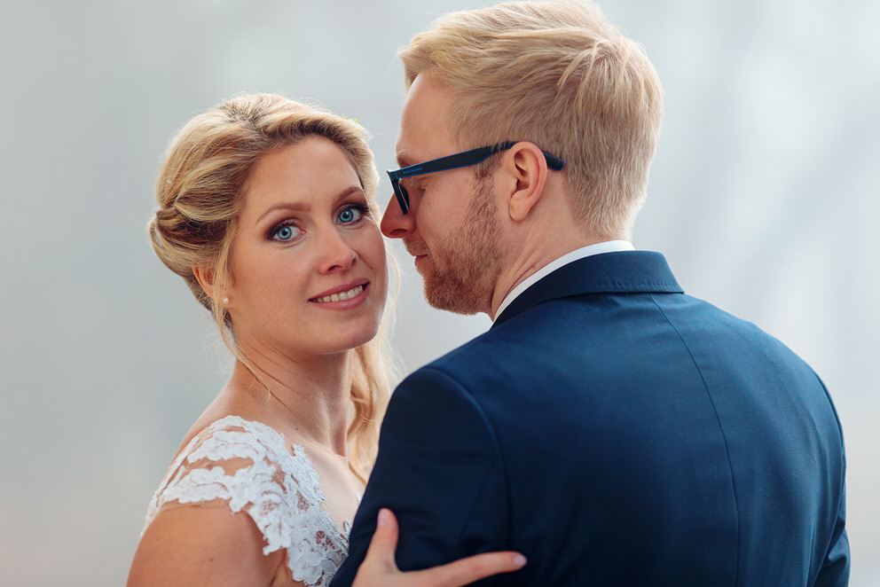 Braut und Bräutigam stehen zusammen