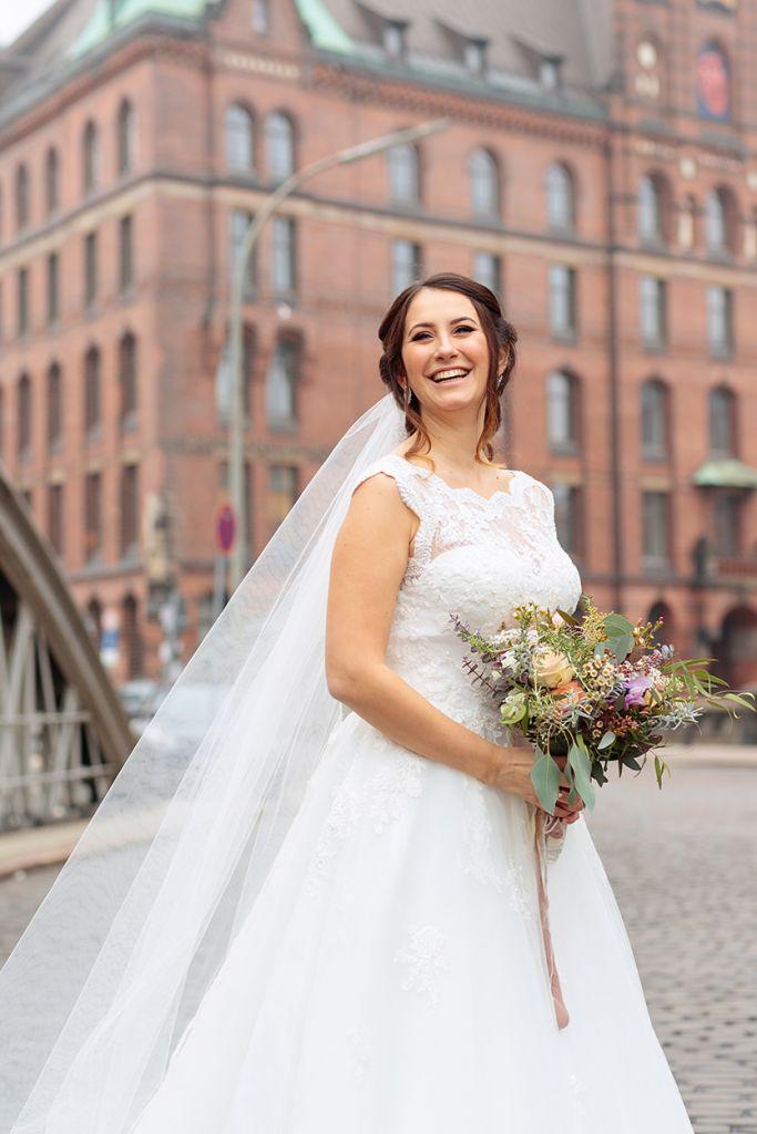 Eine strahlende Braut in der Speicherstadt Hamburg