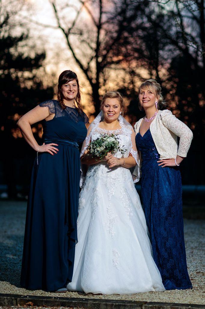 Die Braut mit ihren Freundinnen
