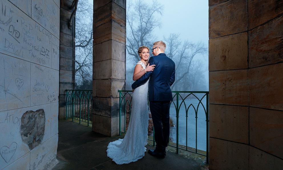 Brautpaar am nebeligen Heiligen See in Potsdam