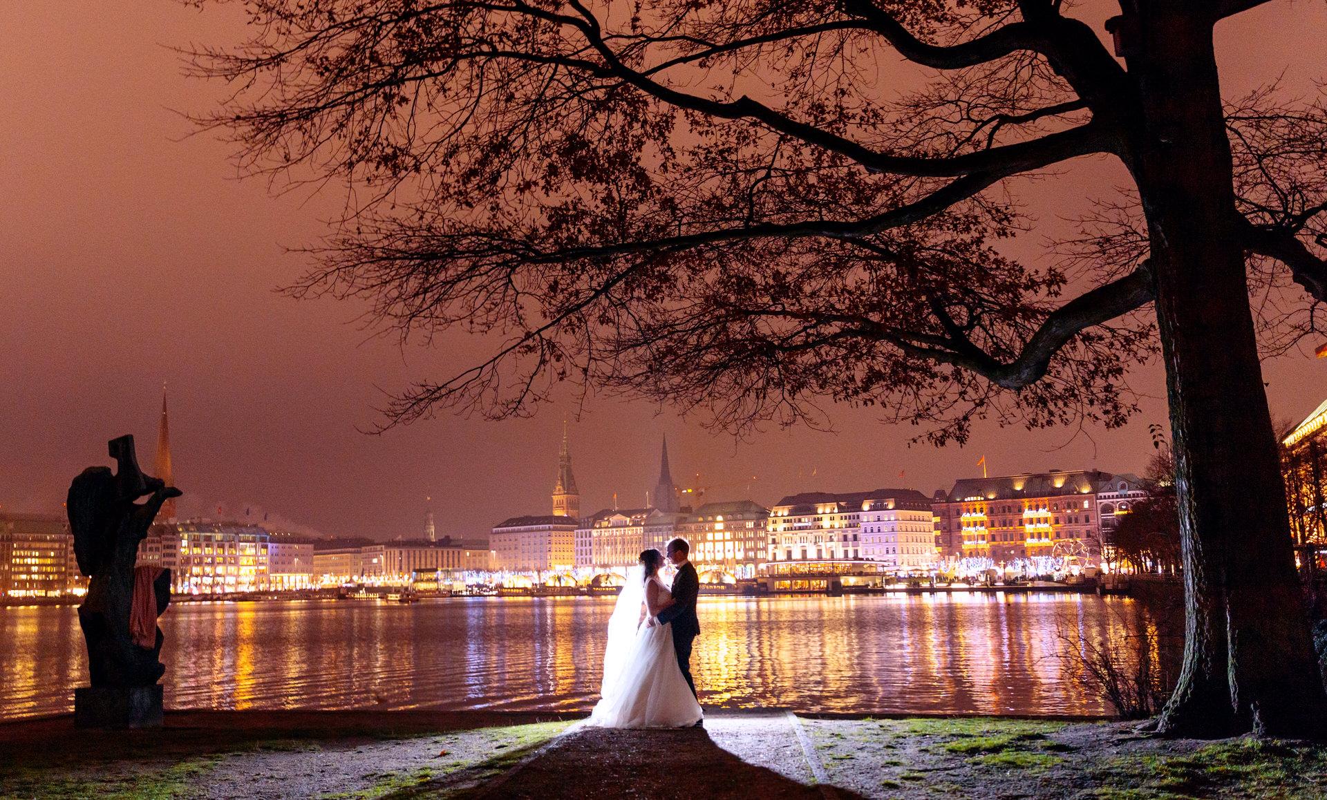 Brautpaar am Abend an der Binnenalster in Hamburg