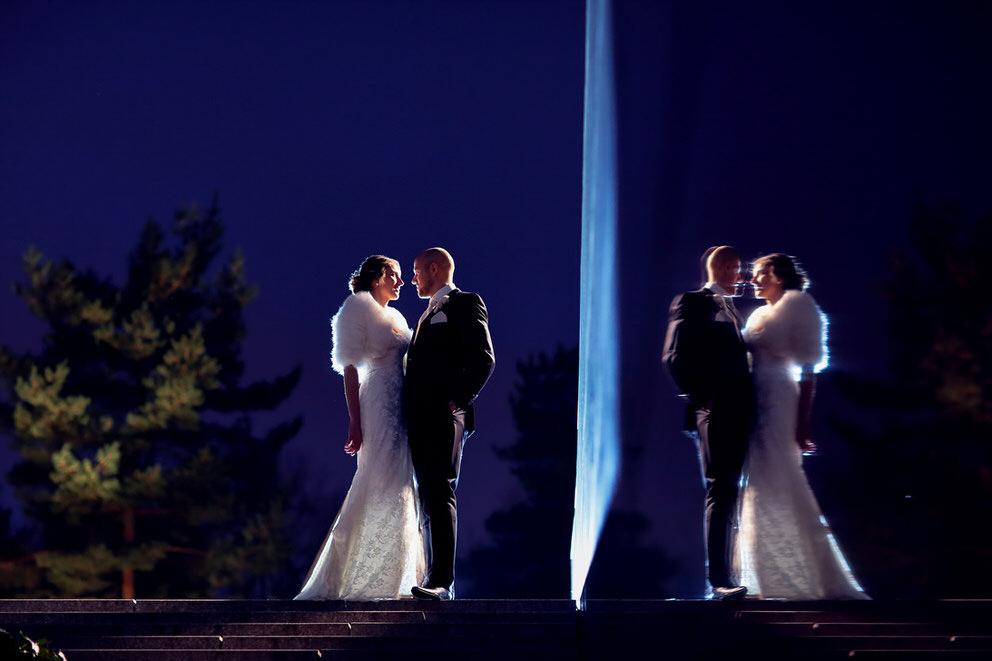 Braut und Bräutigam in der Stadt am Abend