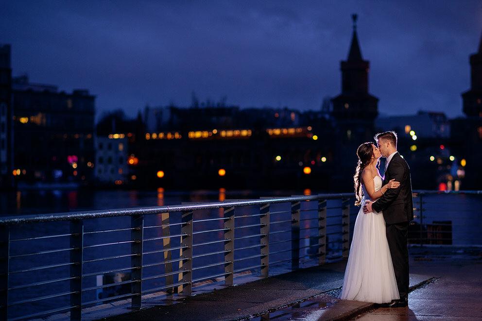 Küssendes Brautpaar vor der Oberbaumbrücke in Berlin