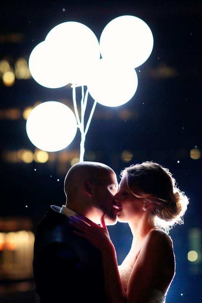 Brautpaar mit leuchtenden Luftballons