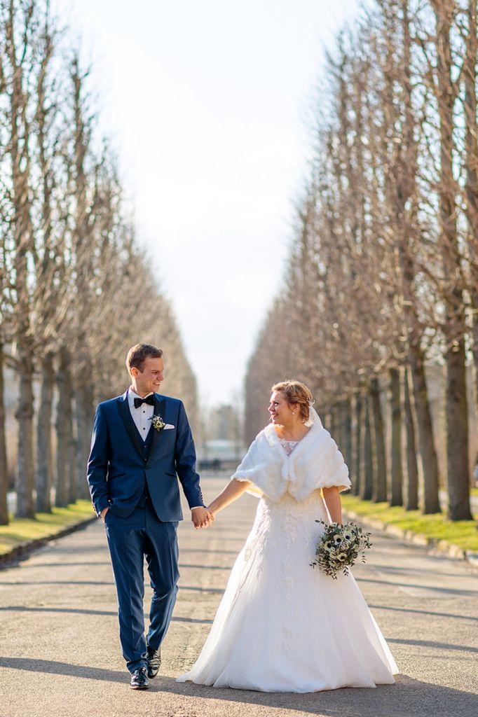 Brautpaar spaziert durch den Park Sanssouci