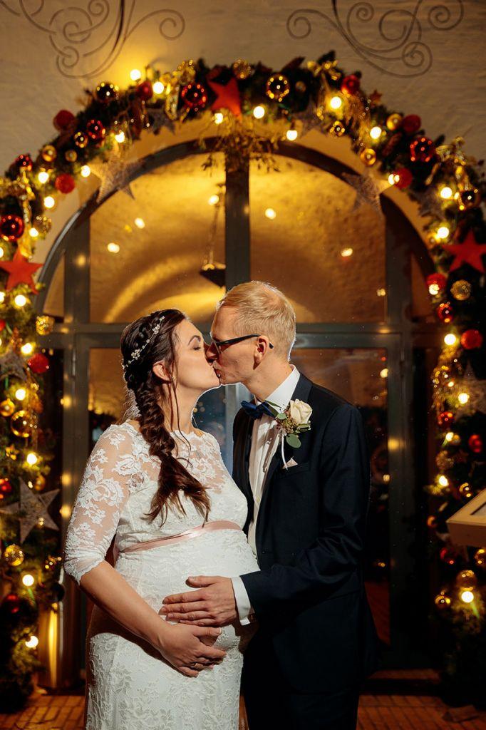 Brautpaar mit Weihnachtsdekoration