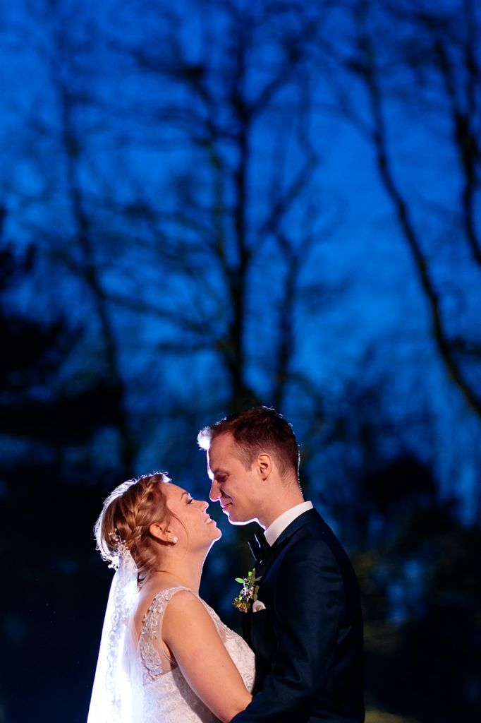 Brautpaar im Februar zur Blauen Stunde