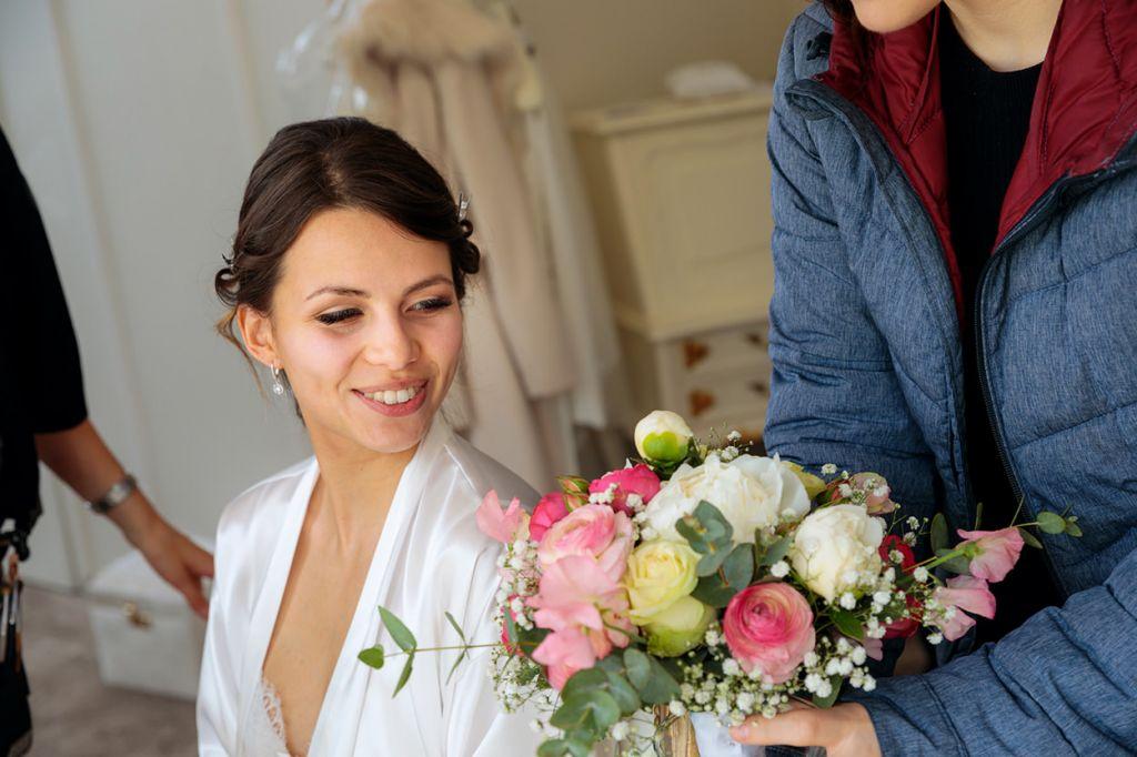 Die Braut bekommt ihren Brautstrauß