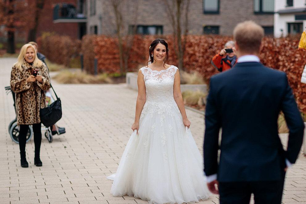 Das Brautpaar sieht sich beim First Look in Hamburg
