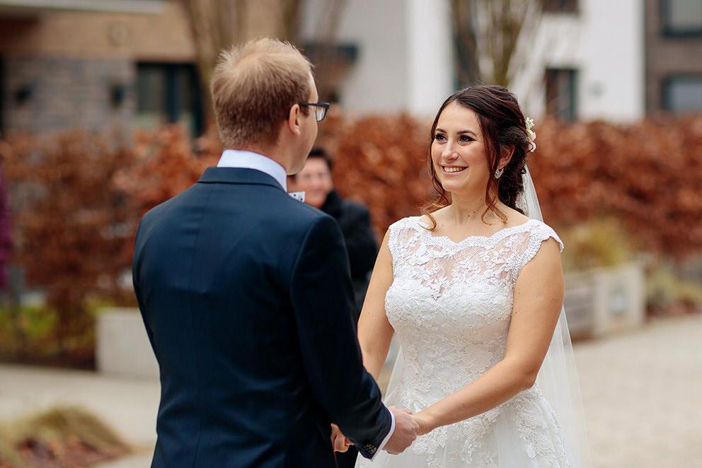 Liebevoll blickt die Braut ihren Bräutigam an