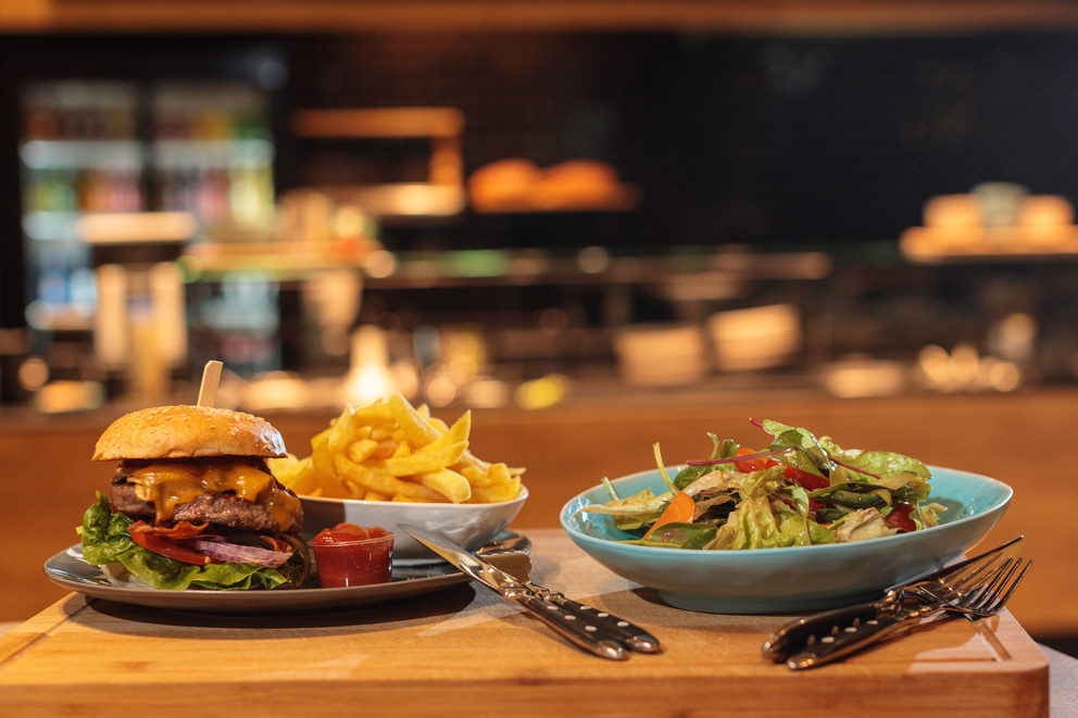 Burger mit Pommes und Salat Foto für Menutafel