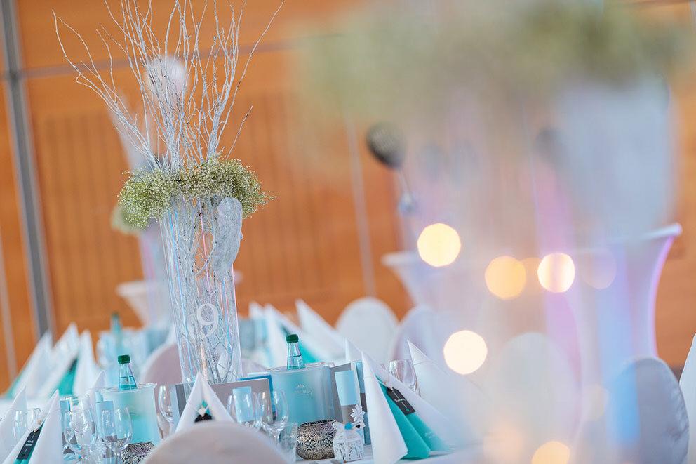 Hochzeitsdekoration mit Zweigen und Schleierkraut