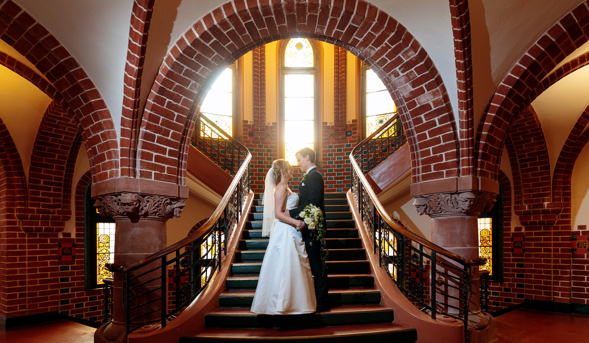 Hochzeitsfotograf mit Brautpaar nach Trauung im Rathaus Köpenick Berlin