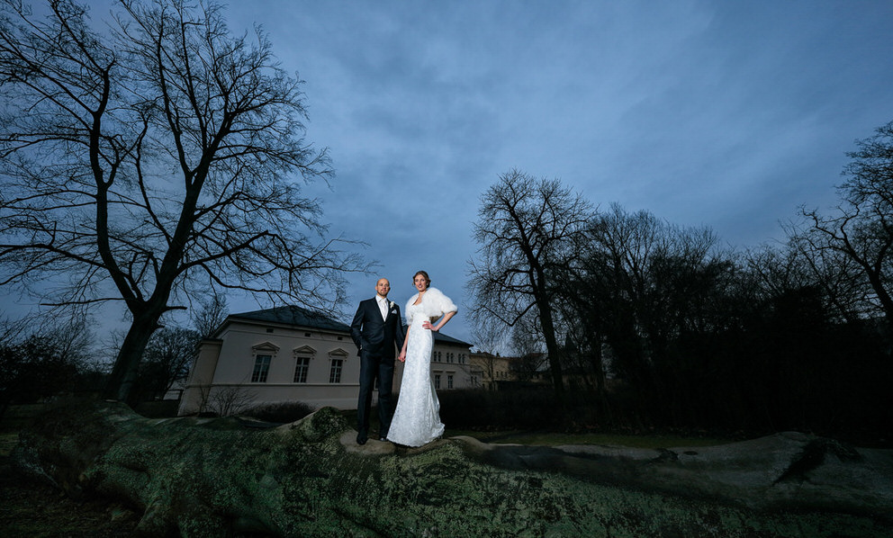 Brautpaar in der winterlichen Natur am Abend