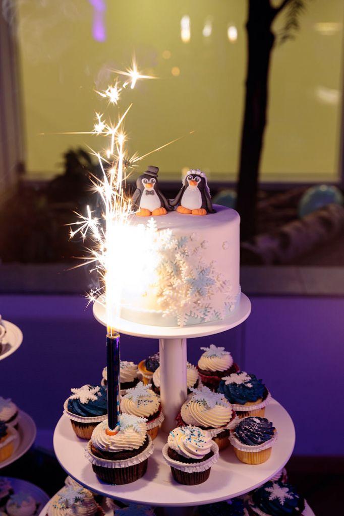 Eine charmante Hochzeitstorte mit Pinguinen
