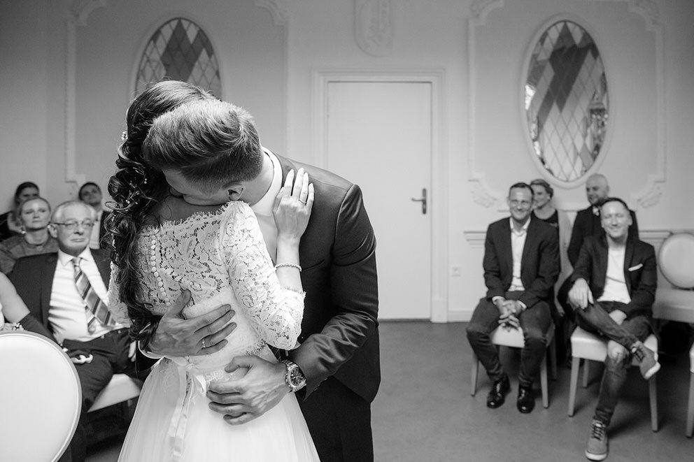 Liebevolle Momente zwischen dem Brautpaar während der Trauung