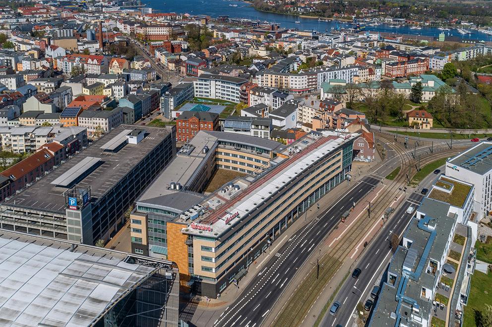 Luftaufnahme von Innenstadt in Rostock durch Fotograf mit Drohne