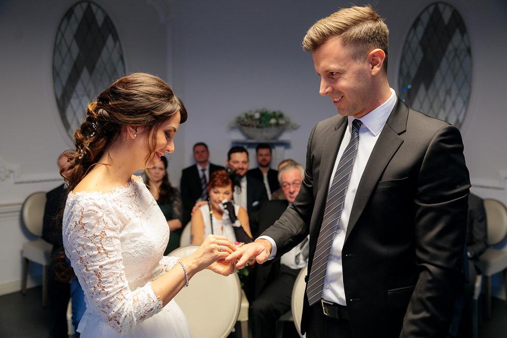 Ringtausch zwischen Braut und Bräutigam in Berlin