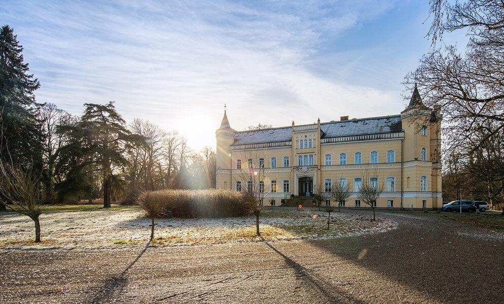 Schloss Kröchlendorff im Winter mit Sonne