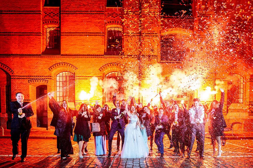 Sekt Foto mit Brautpaar und Hochzeitsgästen in Hamburg