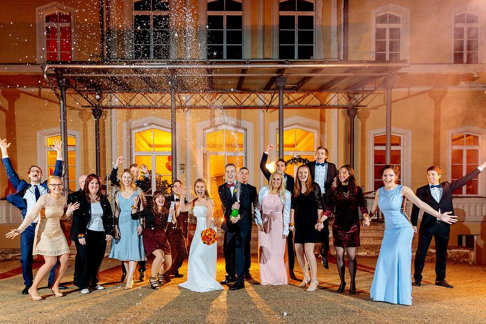 Sekt Foto mit Brautpaar und Hochzeitsgästen am Schloss Kröchlendorff