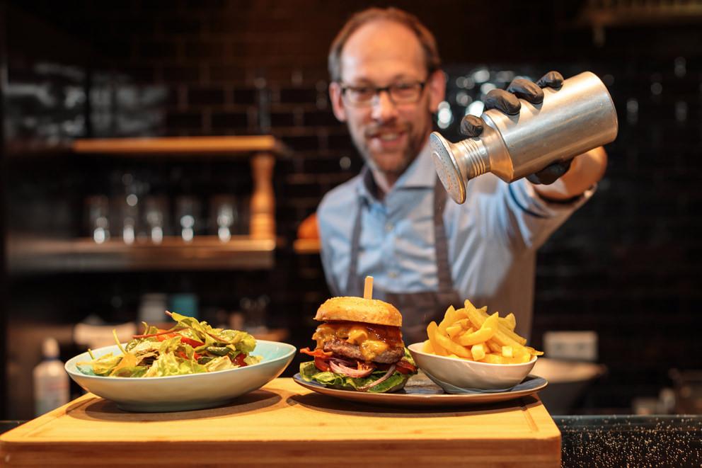 Foodfoto für Speisekarte von Burger mit Pommes und Salz